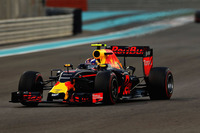 3年目のメルセデス独走シーズンにあって、フェラーリとの第2勢力争いを制したのがレッドブル。第5戦スペインGPでは不振のダニール・クビアトに代えてマックス・フェルスタッペン(写真)を起用、この最年少ドライバーがいきなり優勝をさらい、注目を集めた。シーズン後半にもダニエル・リカルドがマレーシアGPで勝利、チームはポディウムの常連となり、結果フェラーリからコンストラクターズランキング2位の座を奪った。最終戦では、予選でリカルド3位、フェルスタッペン6位。レースではスタートでスピン、最後尾に落ちたフェルスタッペンが4位まで挽回、リカルドは5位でチェッカードフラッグを受けた。(Photo=Red Bull Racing)