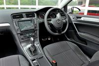 ドアトリムに専用のデコラティブパネルが張られるほか、アルミ調のアクセル/ブレーキ・ペダルが装着される。