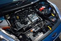 優れた燃費性能と環境性能を両立させたという1リッター3気筒ターボエンジン。ちなみに、17.7km/リッターの燃費値(JC08モード)は、これまで日本に導入されたフォード車の中で、最高である。