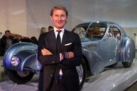 「ブガッティ・タイプ57SCアトランティック」と、間もなくブガッティのCEOとなるステファン・ヴィンケルマン氏。