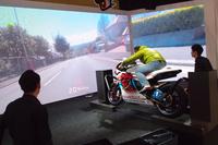 こちらは、巨大なスクリーンを前にマン島TTを疑似体験できるコーナー。ホンダのブースは、モータースポーツに対して親しみを持たせるような展示が目立った。
