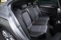 リアシートは6:4の分割可倒式。「TSI Rライン」では、前後席ともシート表皮にナッパレザーが採用されている。