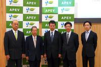電気自動車普及協議会の福武總一郎会長(左から2番目)は「ガイドラインができることで開発がしやすくなるだろう」と、電気自動車普及への抱負を述べた。