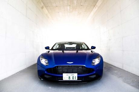 「AMR」とは、アストンマーティンレーシングの頭文字。競技車両開発のノウハウが注ぎ込まれた、アストンマ...