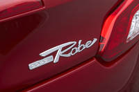 トランクリッドに備わる「Robe(ローブ)」のエンブレム。2014年秋には、「新ジャンル感・アクティブ感を表現した」という「X(クロス)モデル」の投入も予定されている。