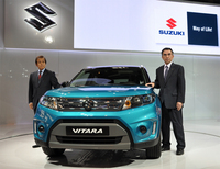 新型「ビターラ」と、スズキの鈴木俊宏副社長(右)。