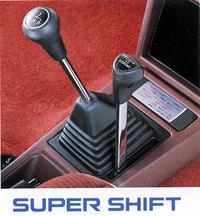 """パワーとエコノミーの2つのモードに切り替えられる副変速機を持ち、4×2=8段となる""""スーパーシフト""""。オーバートップを備えた通常の5速のほうが使いやすいような気もするのだが……84年以降は4WDモデルのみに設定された。"""