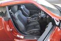 クーペは本革とスエード調ファブリックのコンビネーションシート。シートヒーター付き。カラーはパーシモンオレンジ、ブラック(写真)、グレーの3色が用意される。