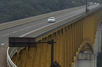 """八ヶ岳連峰から流れる川俣川をまたぐ、八ヶ岳高原大橋。通称""""黄色い橋""""の由来でもあるその色は、紅葉シーズンの景色にも映えるといわれる。"""