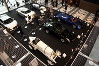 東京ミッドタウン内アトリウムには、1909年「ブリッツェン・ベンツ」(速度記録車)、1936年「アウトウニオン・タイプC」(GPレーサー)、2006年「フェラーリ575GTザガート」といった超希少車が展示されている。