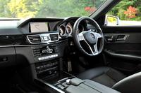 「E250アバンギャルド」の室内。室内各所にシャドウシルバーのインサートを配し、質感を向上させた。また、インパネの中央にはアナログクロックが新設された。
