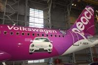 機体の後半には「ザ・ビートル」のフロントビューと、フォルクスワーゲンロゴおよびエンブレムが入る。