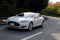 米テスラがリリースしたセダンタイプの電気自動車「モデルS」。日本では2013年1月に初公開され、同年のモーターショーでも大きくアピールされたが、デリバリー開始は2014年9月にずれ込んだ。
