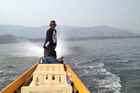 ボートは5人乗りで客席は基本4席。水しぶきと日差しをよけるためのパラソルが用意されている。エンジンは中国製。「中国製のエンジンは音がうるさくて燃費も悪く、壊れやすい。本当はヤマハやホンダの船外機がほしい」と船頭はぼやいていた。