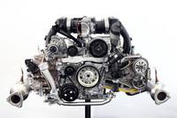 新世代フラット6。可変バルブタイミング&リフト機構「バリオカムプラス」の採用をはじめ、直噴システムの最適化、オンデマンド式のオイルポンプの採用、フリクション低減などにより、さらなる高効率化が図られた。エンジンそのものも約10kg軽くなった。