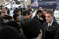 スピーチを終え、報道陣に囲まれるポート社長兼CEO。