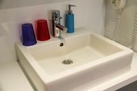 近年欧州に増えているデザインホテルのお決まり、四角い洗面台。ベルギー・ブリュッセルにて。