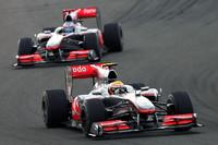 """過去2戦でライバルをことごとく蹴散らしたレッドブルに、直線スピードが抜群に速いマクラーレンが食い下がった。予選でハミルトン(写真前)2位、バトン(その後ろ)は4位につけ、レッドブルに離されることなくレース中盤以降は3-4位をキープ、最大のライバル2台が自滅すると1-2フォーメーションに。ハミルトンとバトンはその後、サイド・バイ・サイドの状態から""""お手本のような""""激しい抜きつ抜かれつを繰り広げたが、燃料セーブのため終盤は抑えの走りでゴールを迎えた。(写真=McLaren)"""