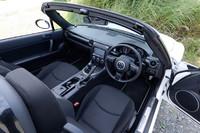 ソフトトップのシートはブラックのファブリックが標準装備。