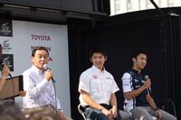 メインステージで行われた、中嶋父子によるスペシャルトークショー。左から日本初のF1レギュラードライバーである中嶋悟、イギリスF3参戦中の中嶋大祐、そしてウィリアムズF1チームのレギュラードライバーである中嶋一貴。3人に共通の趣味は「ゴルフとドライブ」で、「家ではレースの話はほとんどしない」とのこと。