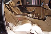 「メルセデス・マイバッハS550」の後席(ファーストクラスパッケージ装着車)。左右独立2座となり、クーリングボックスやシャンパングラスなどが用意される。