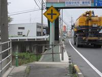 国道の歩道は、このように突如なくなることがある。その場合、前方の歩道橋で反対に逃げるには、ガードレールと車道の間を抜けなくてはならない。お年寄りには大変だろうと思う。