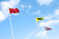 LEVCの黄色い旗とともに掲げられた、中国とイギリスの国旗。グローバル化の著しい、自動車産業の今を象徴するような光景である。