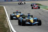 """このGP前、サスペンションの""""マス・ダンパー""""が禁止となったことで、同技術を得意としたルノーに視線が集まったが、サスペンションに加えタイヤにも問題があったようだ。フェルナンド・アロンソ(写真2台目)、苦しい週末で5位入賞、4点を追加。ポイントリーダーに何とか踏みとどまっているが……。(写真=Renault)"""
