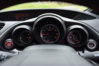 メーターは3眼式で、左から水温計、タコメーター(レッドゾーンは7000~8000rpm)、燃料計。車速は、メータークラスターの上部に設置されるデジタルスピードメーターに表示される。