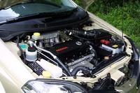 SR20VE(NEO VVL)ユニット。エクストレイルに搭載されたエンジンからターボを抜いたもの、ということもできる。「可変吸気」ならぬ「可変吸気ダクト」機構をもつ。これは、2本用意された空気を取り入れるインテイクマニフォルドが、4800rpmを境に1本から2本に切り替わる仕組みだ。