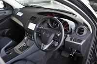 新型アクセラの運転席まわり。写真は、4ドアセダンのもの。
