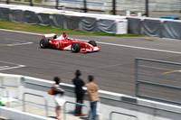 デモランを行うF1マシンの「F2003」。