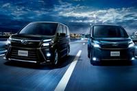 「トヨタ・ヴォクシーZS」(左)と「ヴォクシーV」(右)。ともにハイブリッド車。ZSのボディーカラーは新規開発色の「イナズマスパーキングブラックガラスフレーク」。