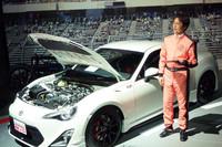 TRDパーツでカスタマイズされた「86」と開発を指揮した多田哲哉チーフエンジニア。