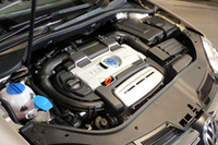 フォルクスワーゲンでは今後、直噴+過給システムのエンジンをすべて「TSI」の呼称で統一するとのこと。写真は、1.4リッターのツインチャージャーエンジン。