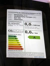 フランスの新車に掲示される1km走行あたりのCO2排出量の表示。EVはもちろん0gで、最上のランクAになる。