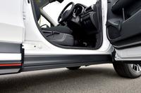 サイドドアの下端がサイドシルを覆う構造になっている。こうすることにより、乗員が降車する時、ズボンの裾が汚れにくくなるなどの利点が生まれる。
