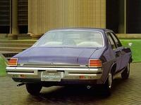 シンプルなリアビュー。エキゾーストパイプはスポーツカーなみのデュアルである。