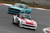 1970年代のツーリングカーとGTを中心とする「カテゴリー混走模擬レース1」。かつて「Zの柳田」と呼ばれた柳田春人がドライブする、ノーマルのターンフローからクロスフローに改められたスペシャルエンジンを積んだ「フェアレディ240ZG」と、影山正美の駆る、懐かしのレイトンブルーに塗られた「310サニー」がバトルを展開。