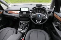 インテリアはBMWらしい高品質な仕上がり。センターパネルはドライバーに向けてわずかに角度が付けられている。