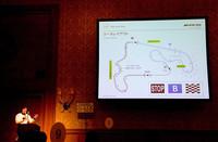 試乗コースの説明をするインストラクターの中谷氏。初めにピンクのセーフティ&スタビリティエリアを試し、ブルーのレーシングエリアで、急制動やスラロームを体験する。