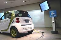 電気自動車の「スマート・フォーツー エレクトリックドライブ」は、2010年には3台をリース販売。2011年は7台が追加導入されるという。本国で発表された「Bクラス」をベースとする燃料電池車も、今年中の導入を検討しているとのこと。