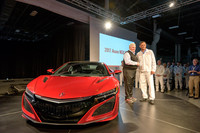 新型「アキュラNSX」の量産第1号車と、同車のオーナーとなったリック・ヘンドリック氏(写真左)、パフォーマンス・マニュファクチュアリング・センターでNSX生産プロジェクトリーダーを務めるクレメント・ズソーザ氏(同右)。