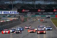 GT500クラスのスタートシーン。好スタートを切ったNo.3 GT-Rが終始レースをリードする展開となった。