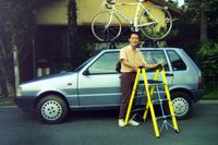 1990年代初頭、東京で自分の「フィアット・ウーノ」にルーフラックを取り付けて得意満面の筆者。