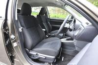 """さらに""""エアロツアラー""""グレードについては、前席が専用のスポーツシートとなる。運転席にのみ、座面の高さ調整機能が付く。"""