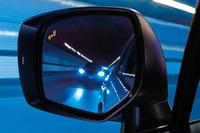 「アドバンスドセイフティパッケージ」に含まれる「スバルリヤビークルディテクション(後側方警戒支援機能)」。自車の後側方から接近する車両がある場合、サイドミラーに装備されるLEDインジケーターを点灯・点滅させ、ドライバーに注意を促す。