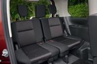 50:50分割式の3列目シートは3人掛け。中央席のヘッドレストは、背後の荷室に収納できる。
