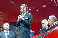 スピーチをするのはフェラーリ社長、ルカ・ディ・モンテゼーモロ(中央)。創始者エンツォ・フェラーリの息子、ピエロ・フェラーリの顔も見える(一番右)