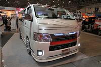 「トヨタ・ハイエース」を和風に仕立てた「Buan 和柄コンセプトカー」。